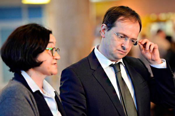 Министр культуры Владимир Мединский тоже заработал меньше жены: 15,8 млн рублей против 83 млн рублей.