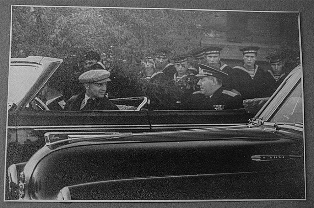 По легенде, машина на которой возили Хрущёва потом осталась во Владивостоке.