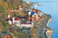 Поселок Листвянка на берегу озера Байкал.