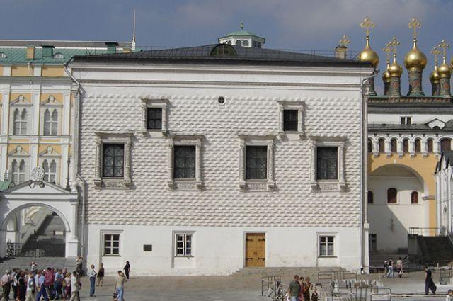 Грановитая палата была построена в 1487–1491 годах по проекту Марко Руффо и Пьетро Антонио Солари.