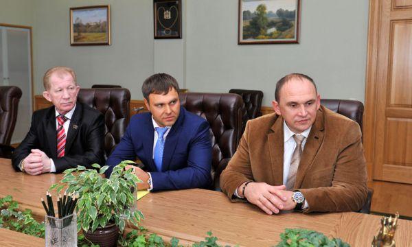 Бавыший руководитель Клинцов Виталий Беляй (на переднем плане) также вошёл в число самых богатых депутатов с 35 миллионами рублей.