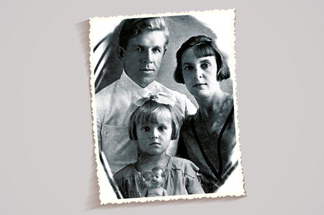Маленькая Зоя с папой и мамой до войны - уже тогда в их семье было полно тайн.