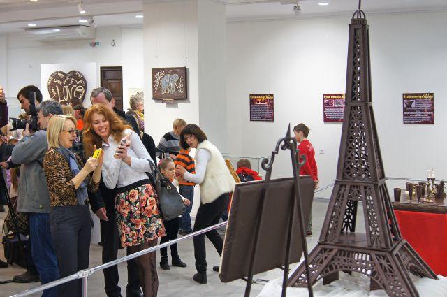 Омичи увидят двухметровую Эйфелеву башню из шоколада.