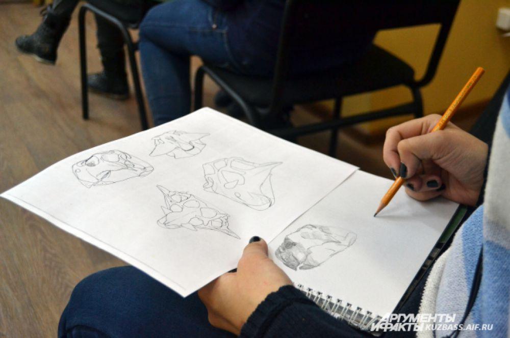 На мастер-классе дети делали зарисовки, строго следуя указаниям лектора.