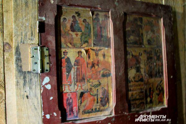 Путешествие начинается с двери, скрывающий вход на лестницу. В церквях сами двери - уже предмет искусства.