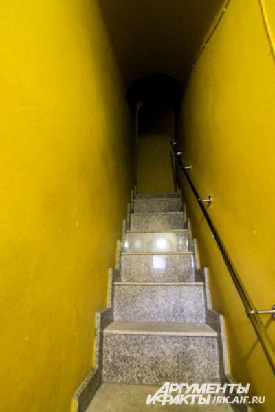Лестница на колокольню - это обычно узкий, крутой ход без окон.