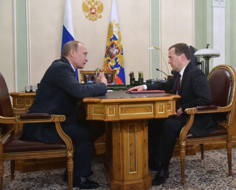 15 апреля. Доходы Дмитрия Медведева превысили зарплату президента Владимира Путина.
