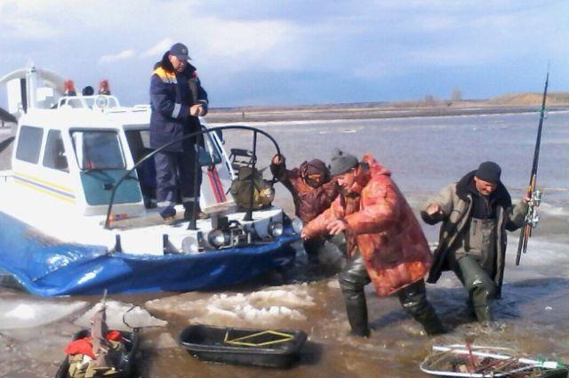 на каме унесло рыбаков