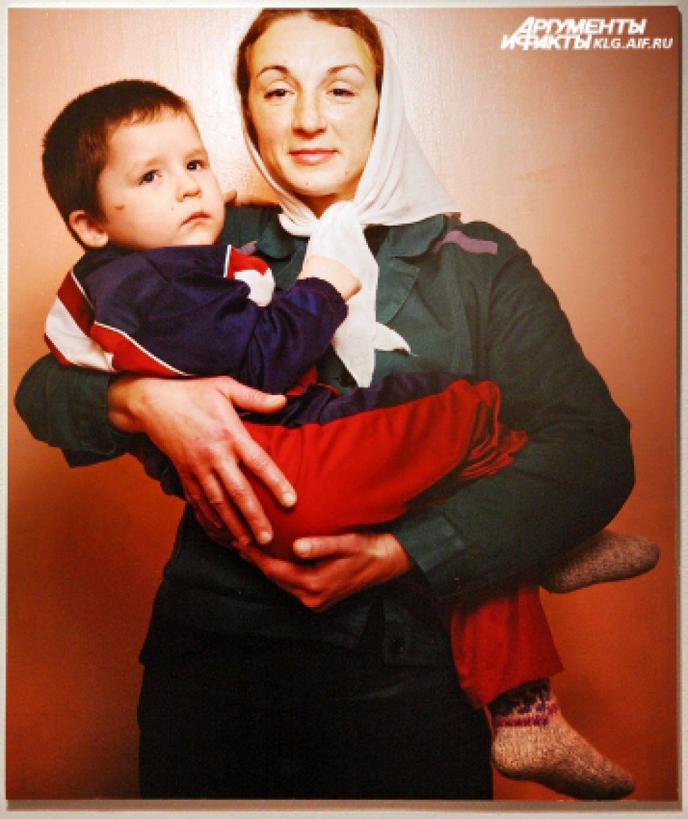 Авторский проект московского фотографа Марины Кругляковой «Зона». На фото - 36-летняя Юлия с трехлетним сыном Владиславом. Находясь в гостях у знакомого, ранила его ножом, украла два комбинезона. Осуждена на 4 года 8 месяцев.