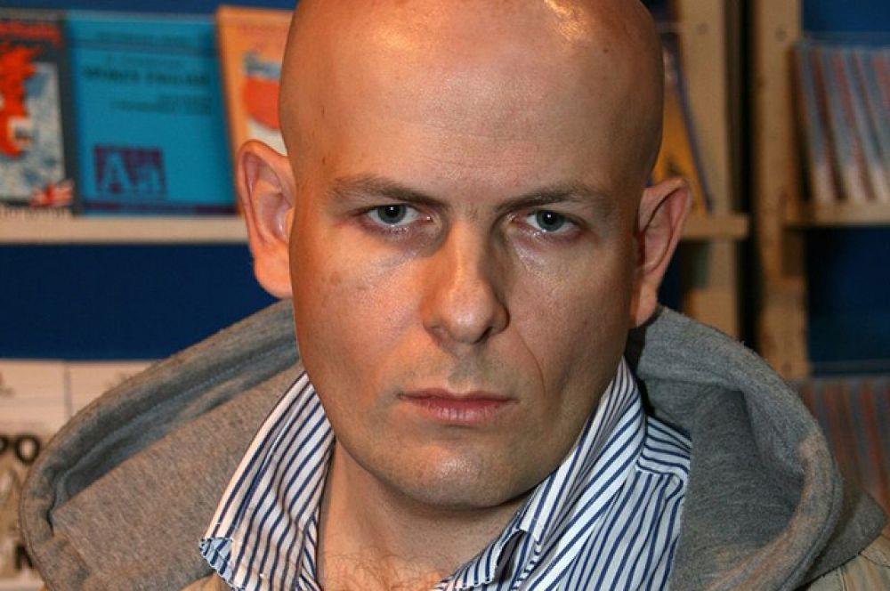Известный украинский журналист и писатель Олесь Бузина был убит 16 апреля возле своего дома в Киеве. В журналиста выстрелили 5 раз, последняя пуля была выпущена в голову.