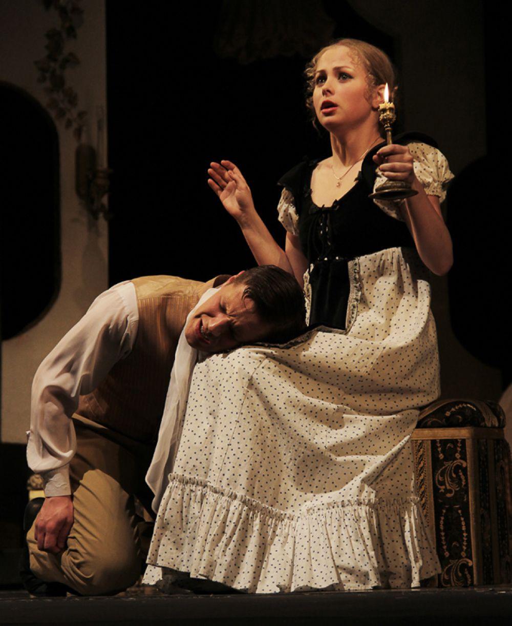 Пока Софья сохнет по Молчалину, тот страдает от невнимания служанки Лизаньки