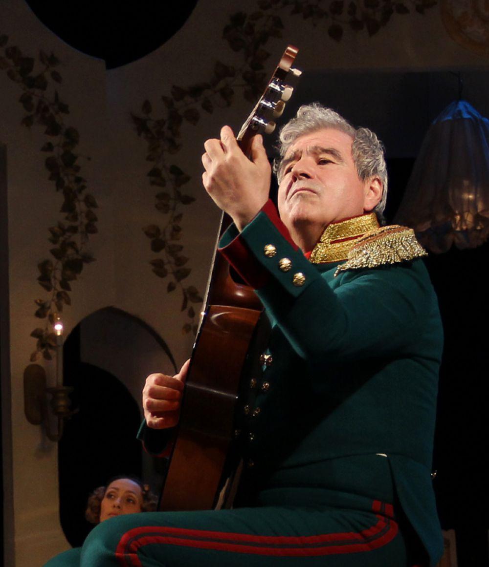 И Скалозуб берёт гитару