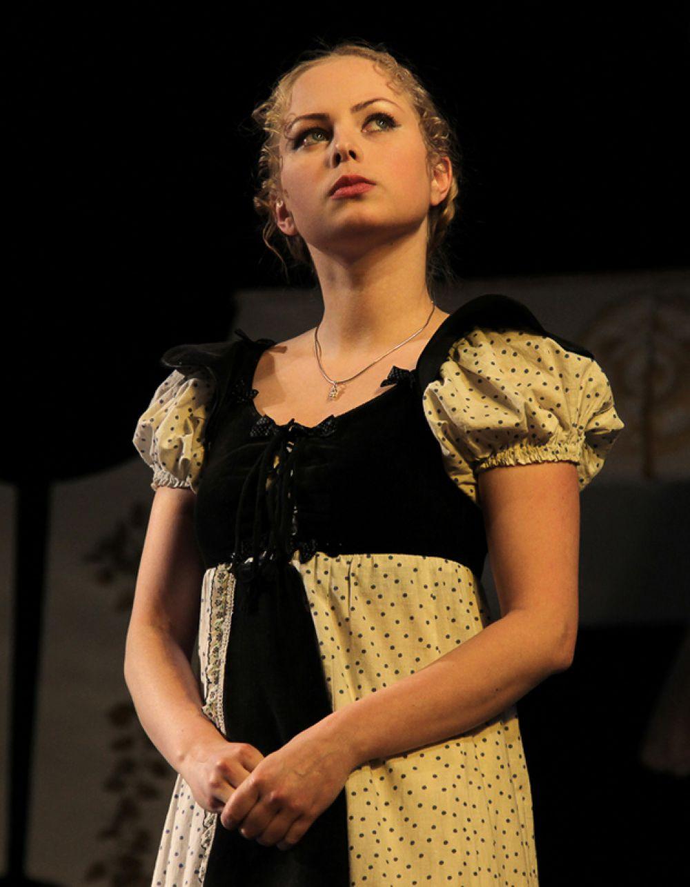 Лизанька (Мария Прыскина) почему-то постоянно становится предметом «барской любви»