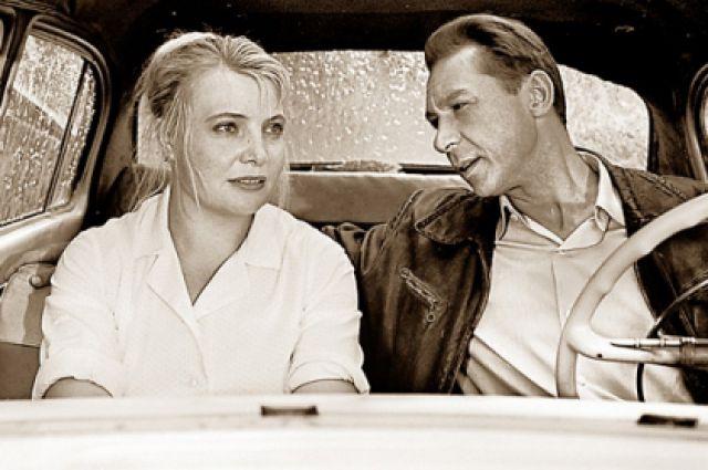 Этот кадр с сидящими в такси Дорониной и Ефремовым стал одним из самых знаменитых в советском кино.