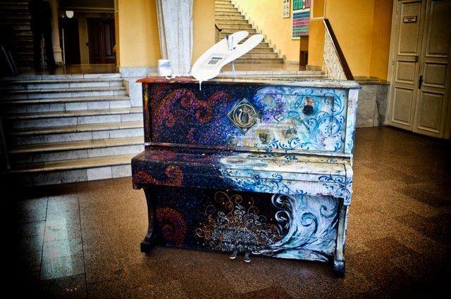 Пианино, украшенное Омским областным музеем изобразительных искусств им. Врубеля.