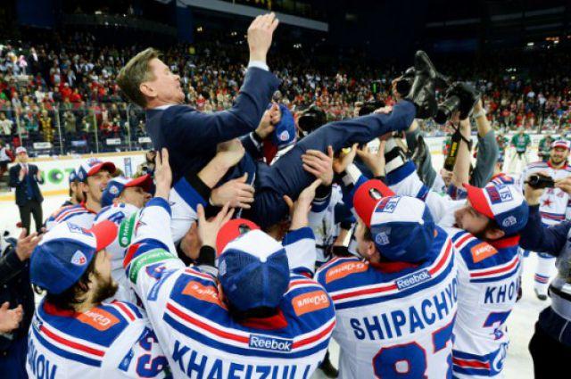 Хоккеисты чествуют Вячеслава Быкова.