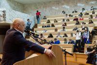 Виктор Назаров прочитал диктант членам правительства, журналистам и хоккеистам.