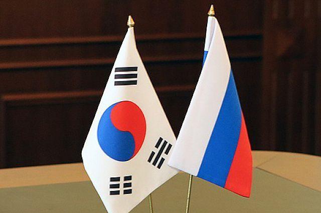Государственные флаги Республики Корея и Российской Федерации.