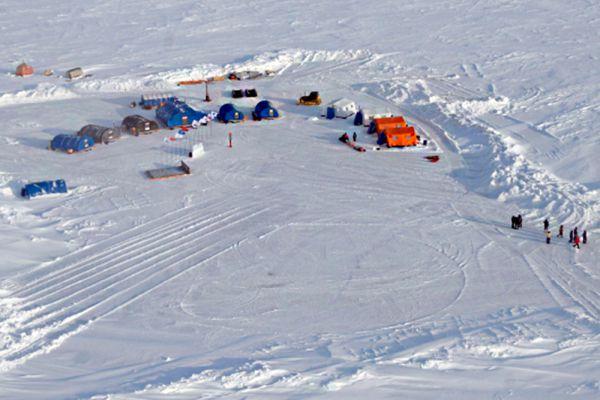 Полярная станция СП-2015 находится примерно в 30 километрах от Северного полюса. Здесь будут работать 18 человек, в том числе 12 ученых. Будут проведены комплексные наблюдения по гидрологии, метеорологии, магнитометрии, а также наблюдения за дрейфующими льдами.