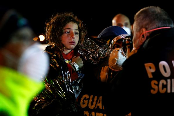 На судне находилось около 950 человек, из них 40-50 детей и 200 женщин.