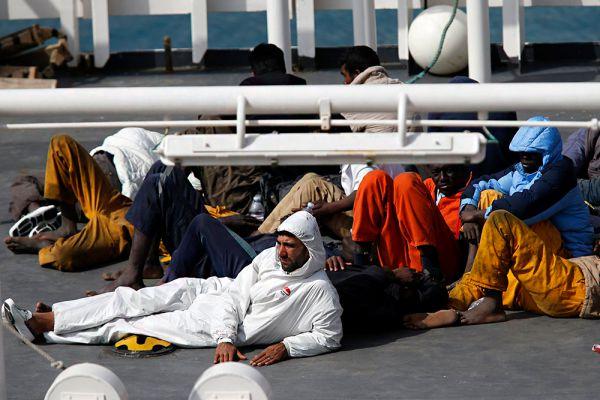 По словам еврокомиссара по вопросам миграции, гражданства и внутренним делам Димитриса Аврамопулоса, в прошлом году в страны Евросоюза прибыло свыше 276 тыс. нелегальных мигрантов, что на 138% больше, чем годом ранее.