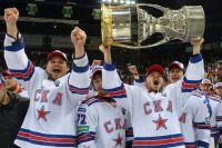 Игроки СКА Алексей Поникаровский, Артемий Панарин и Динар Хафизуллин, ставшие обладателями Кубка Гагарина.