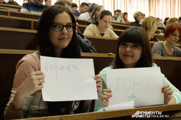 Анна Фрадкова и Марина Банникова угощают всех желающих «вкусными» словами