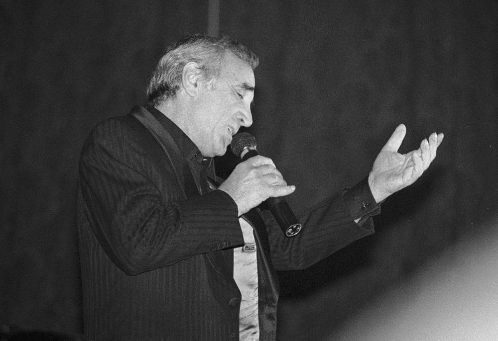 С детства Азнавур посещал театральные классы, а с 9 лет пел на сцене. В кино впервые он появился в 12 лет. Во время одного из выступлений в дуэте с композитором Пьером Рошом юный музыкант был замечен Эдит Пиаф, и в 1946 году Рош и Азнавур приняли участие в турне певицы по США и Франции. Так началась музыкальная карьера Азнавура.