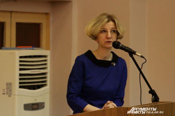 Наталия Старцева знакомит участников с порядком проведения мероприятия