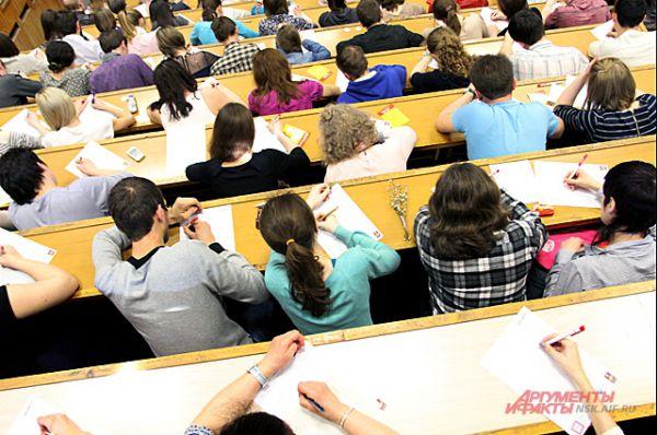 Аудитория НГУ была забита до отказа. Проверить свою грамотность желало бессчётное количество новосибирцев.