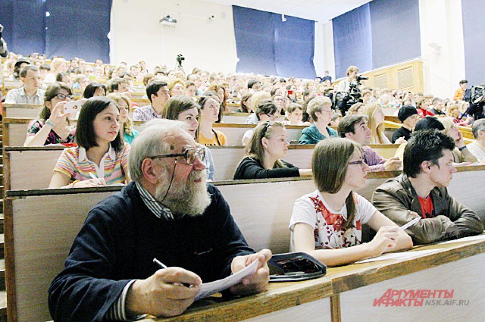 В университете собрались люди всех возрастов...