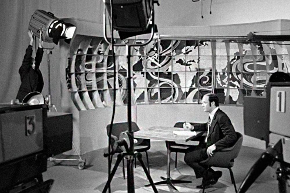 Ведущий телевизионной передачи «Клуб кинопутешествий» Юрий Сенкевич готовится к съемкам. Передача выходила с 18 марта 1960 года по 5 октября 2003 года