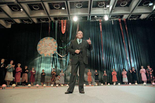 Ведущий телепередачи «А ну-ка, девушки!» Александр Масляков (с 1975 по 1982 годы).