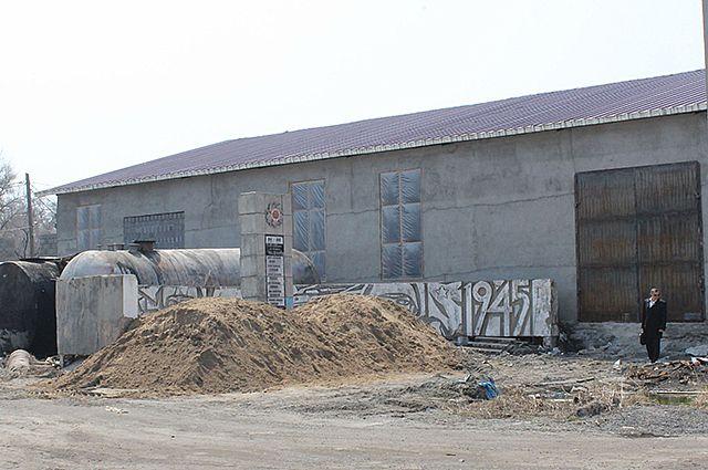 Памятник погибшим рабочим бронетанкового завода День Победы встречает забытым и никому не нужным.