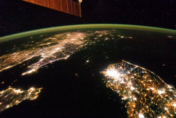 Ночные снимки из космоса прекрасно иллюстрируют экономические реалии (контраст Юной и Северной Кореи)