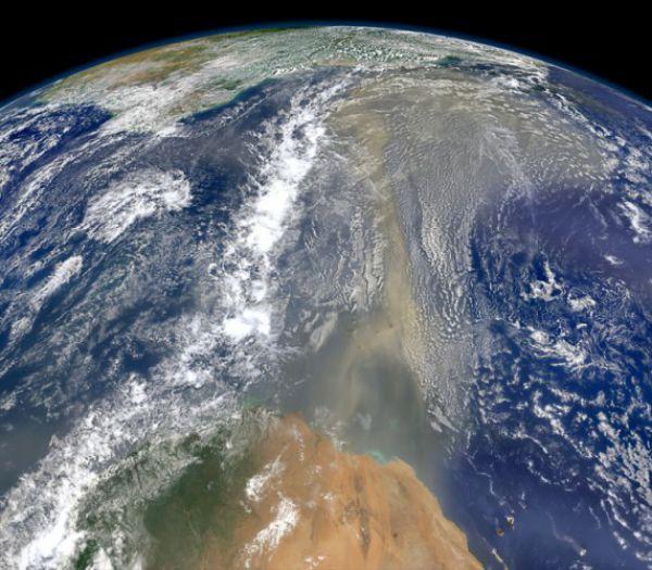 Восточный ветер несет в сторону Америки тучи сахарского песка