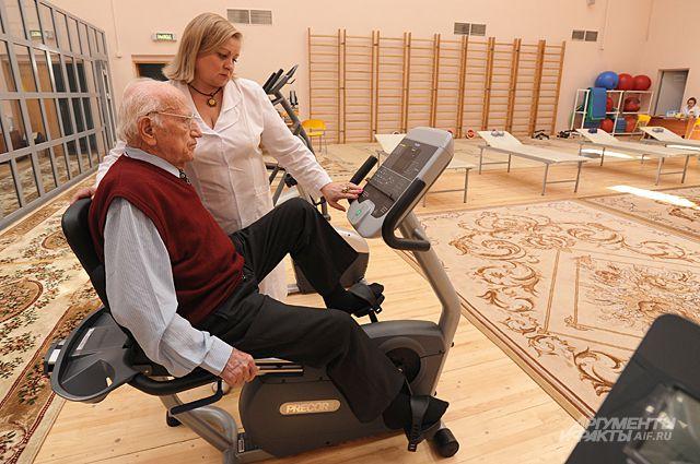 Здоровье пожилых людей поддерживают не только лекарства, но и программы реабилитации.