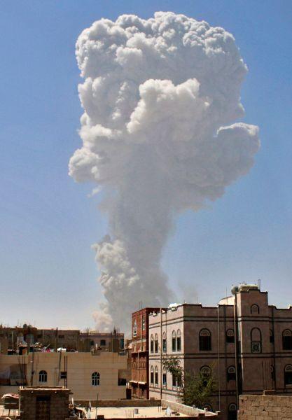 По неподтвержденным данным ряда йеменских СМИ, в понедельник с Сане в результате этих ударов погибли 10 мирных жителей, десятки получили ранения.