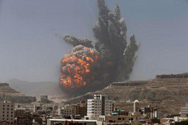 Десятки людей погибли, сотни получили ранения в результате массированного авиа-обстрела столицы Йемена Саны силами арабской коалиции. Эта бомбардировка стала самой интенсивной с начала операции «Буря решимости». Под огнём оказался жилой район Хидда, а также южное предгорье столицы, где был уничтожен ракетный склад.