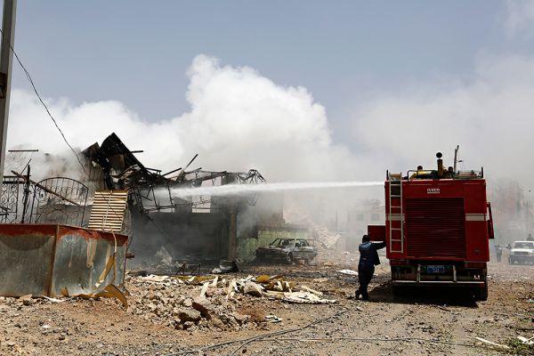 В результате одного из авиаударов был разрушен склад британской гуманитарной организации Oxfam в городе Саада на северо-западе Йемена. Ранее организация неоднократно призывала к немедленному прекращению огня. По ее данным, сегодня в гуманитарной помощи нуждаются 16 миллионов человек, и если конфликт затянется, возникнет серьезная проблема с поставками продовольствия и топлива, цены на которые уже взлетели вдвое, а то и вчетверо.