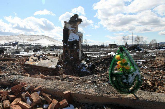 В хакасских посёлках на пепелищах только печные трубы торчат. Погорельцы хоронят погибших и ждут помощи. А соседи на уцелевших участках опять палят сухую траву!