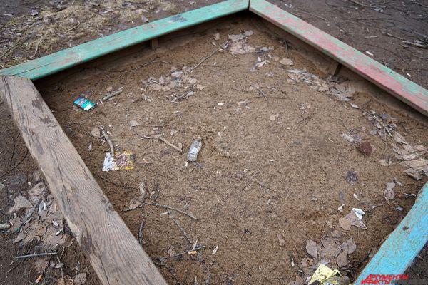 Так, в детской песочнице можно обнаружить пустую бутылку.