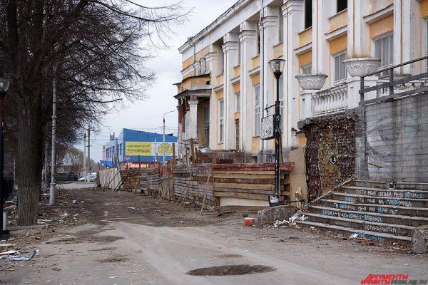 Стоит отметить, постепенно все городские площадки начинают прибирать. Однако этот процесс может затянуться на несколько дней. Пока же местными жителям приходится мириться с обилием мусора под ногами.