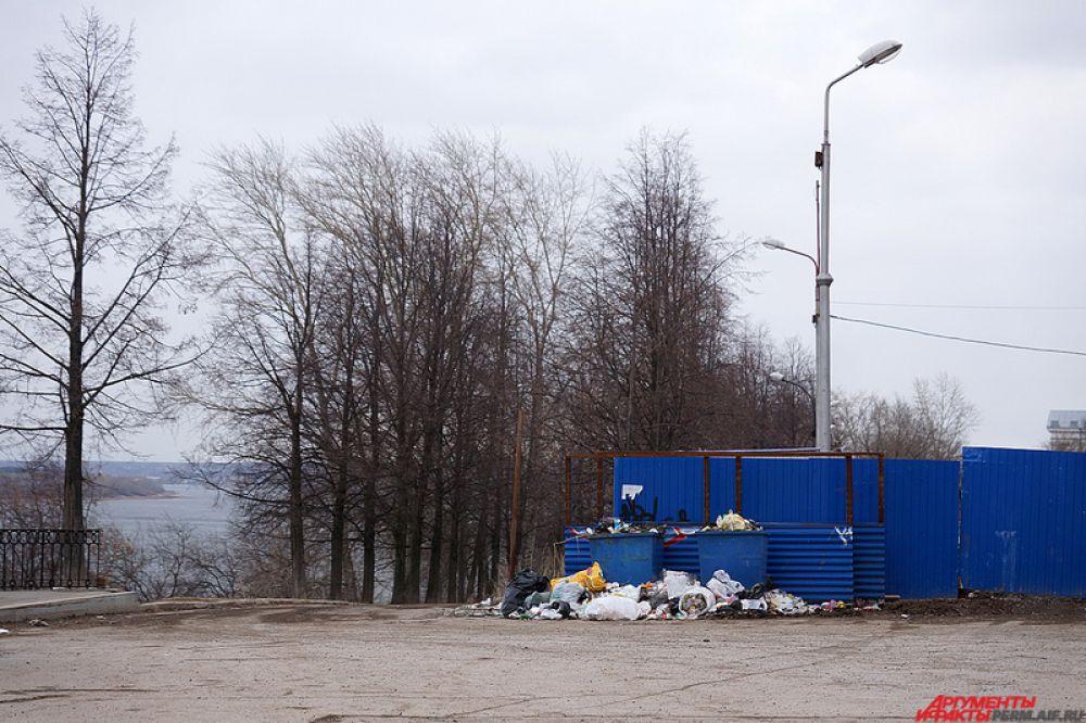 Большинство мусорок в городе переполнены.