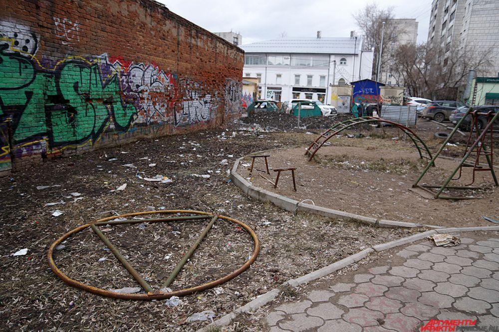 Детская площадка во дворе на Комсомольском проспекте в самом центре города – яркий пример «остатков» после весны.
