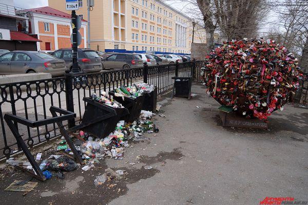 Чуть подальше расположился монумент для молодоженов. А рядом – мусорки, набитые бутылками от пива.