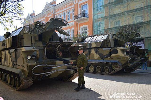 Улица Ленина, 9 мая 2013 года. Гусеничная техника готовится к Параду Победы.