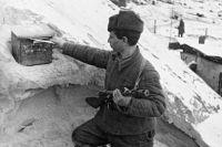 Боец Сталинградского фронта отправляет письмо домой.