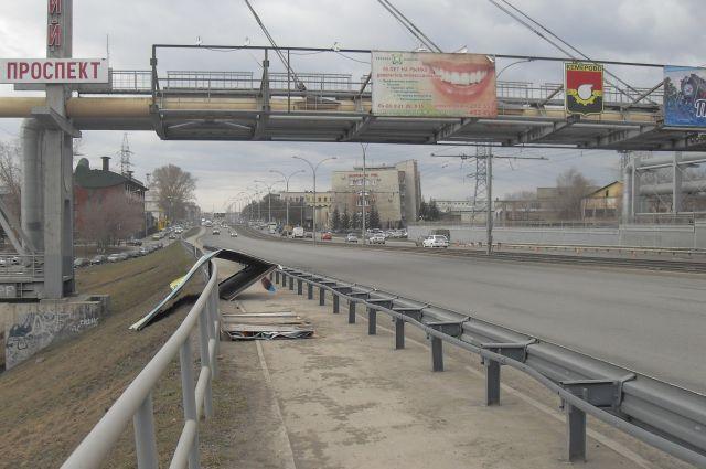 К сожалению, ветер срывает рекламные баннеры в Кемерове не первый год.