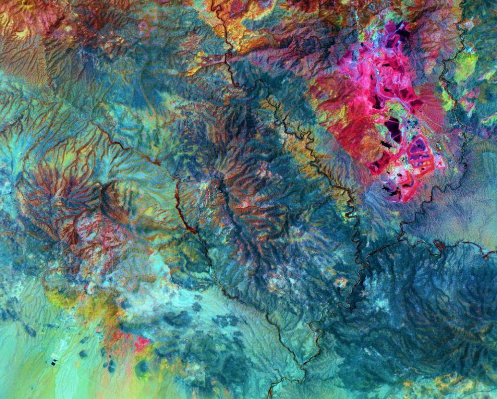 Вид из космоса рудника (Morenci Copper Mine) на юго-востоке штата Аризона, где в 1860-х искали золото, а нашли медь.